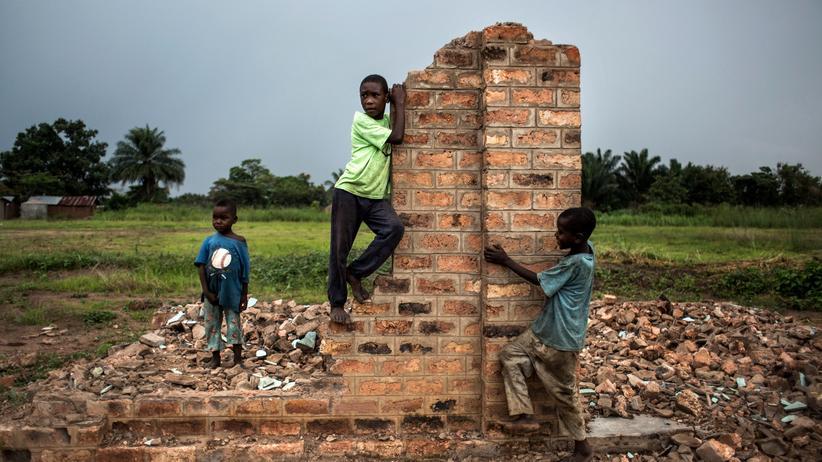 Vereinte Nationen: Kongolesische Kinder spielen auf der Ruine eines Gebäudes in Kasala in der Provinz Kasai.