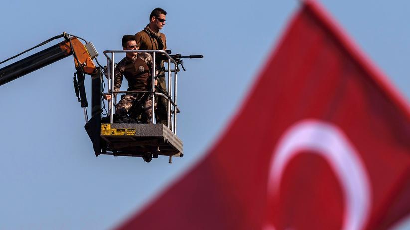 Murat Arslan: Türkische Polizisten überwachen eine Demonstration in Istanbul.
