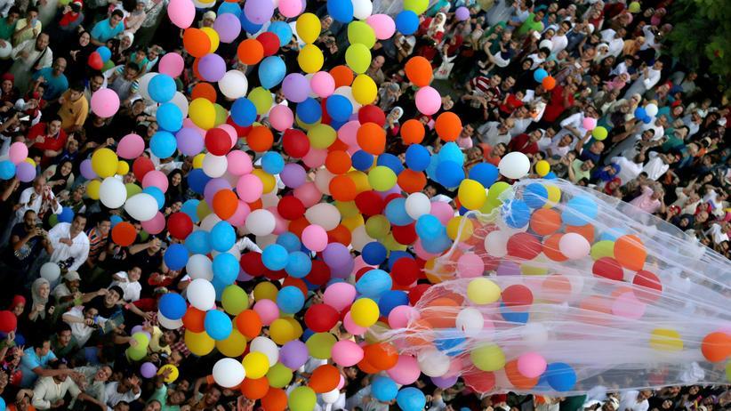 Muslimische Feiertage: In Kairo brachen Muslime vor der El-Seddik-Moschee ihre Fastenzeit dieses Jahr mit vielen bunten Luftballons.