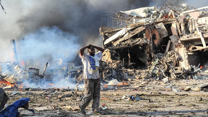 Somalia: Ein Mann am Anschlagsort in einem belebten Viertel der somalischen Hauptstadt Mogadischu