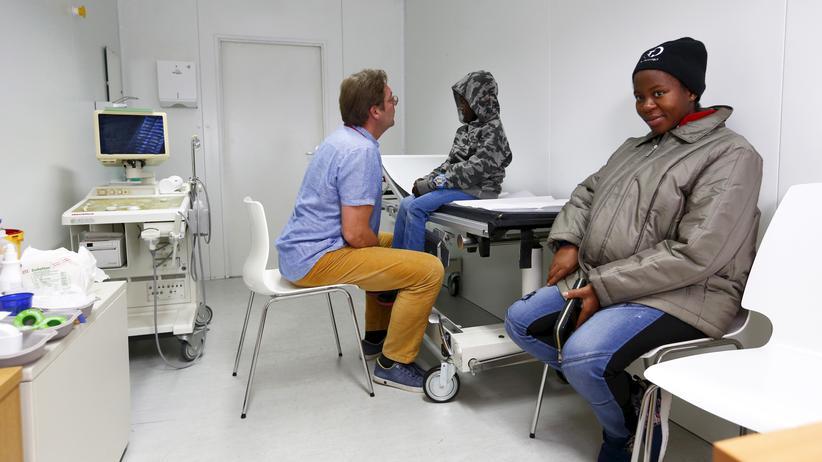 Ärzte der Welt: Ein Arzt der Organisation Refudocs untersucht in seiner Freizeit einen Jungen aus dem Kongo.