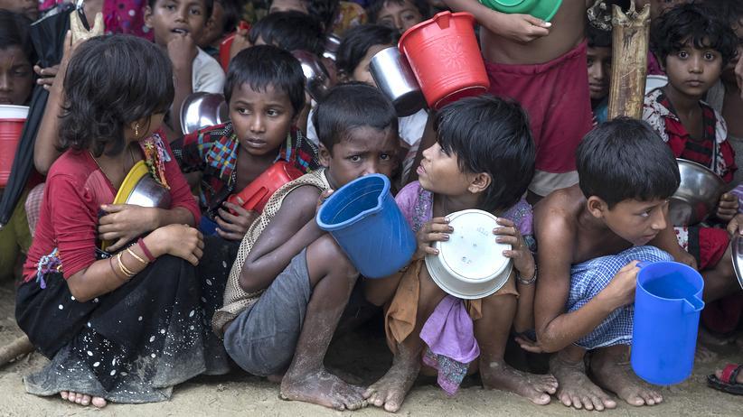 Unicef: In einem Flüchtlingscamp in Bangladesch warten die Kinder auf heißes Essen. Nach Angaben der UN ist bereits mehr als eine halbe Million Rohingya aus Myanmar in das Nachbarland geflohen.