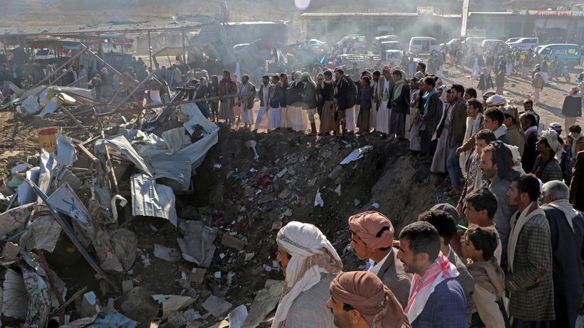 Jemen: Anwohner stehen nach dem Luftangriff in Sadaa im Norden des Jemen am Einschlagskrater.