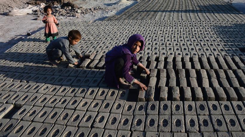 Kinderarbeit: Kinder arbeiten in einer Steinfabrik in Afghanistan