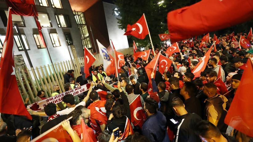Türkeistämmige in Deutschland: Berliner Deutschtürken versammeln sich am Jahrestag des Putschversuchs in der Türkei vor der türkischen Botschaft.