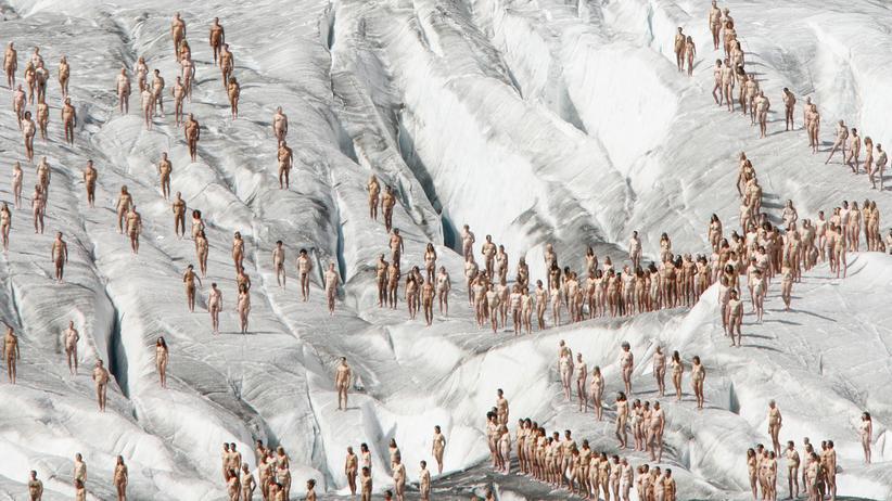 Jahresrückblick 2017: Der Mensch, ein Teil eines fantastischen Zahlenspiels. Hier bei einer Installation des Fotografen Spencer Tunick vor dem Aletschgletscher in den Schweizer Alpen