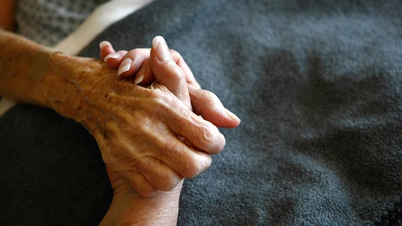 Sterbebegleitung: Angehörigen fällt es oft schwer, den Sterbenden gehen zu lassen. Ein neutraler Sterbebegleiter kann eine große Unterstützung sein.