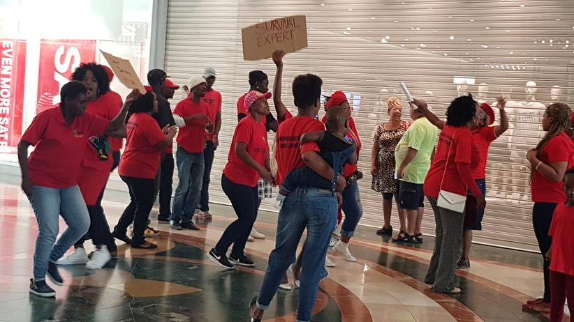 H&M: Demonstranten vor einer H&M-Filiale in Kapstadt, Südafrika