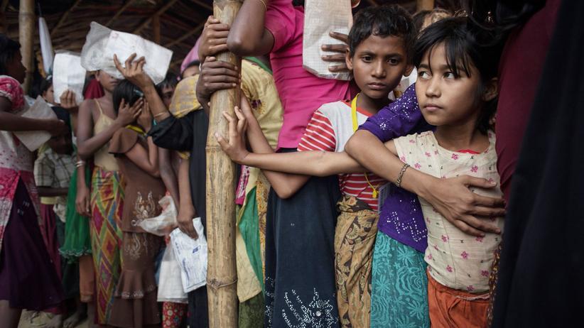 Myanmar: Geflüchtete Rohingya warten vor einem Markt  im Übergangslager Balukhali.