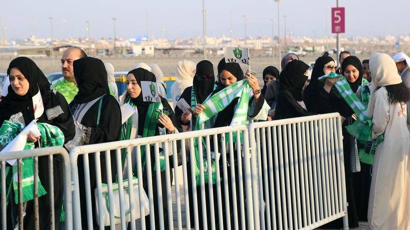 Saudi-Arabien: Weibliche Fans am Eingang des Fußballstadions im saudi-arabischen Dschidda