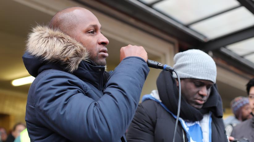 """Oury Jalloh: """"Die Gerechtigkeit ist für jeden da, egal ob man schwarz oder sonst was ist"""", sagte Oury Jallohs Bruder Saliou. Rechts von ihm trauert Jallos Freund Mouctar Bah."""