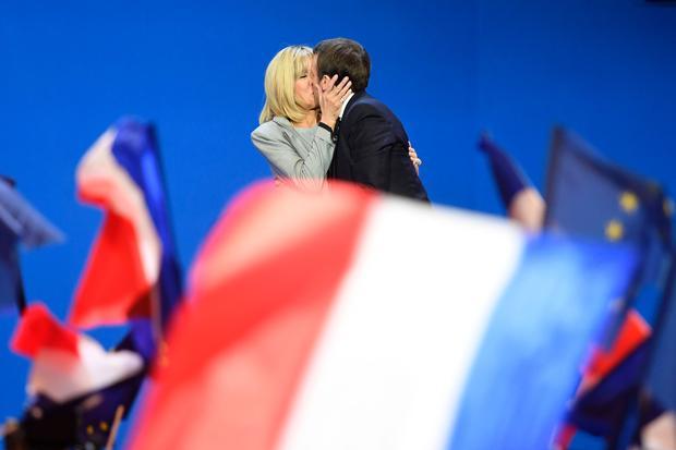 Altersunterschied: Der französische Präsident Emmanuel Macron küsst seine ältere Ehefrau Brigitte Trogneux.