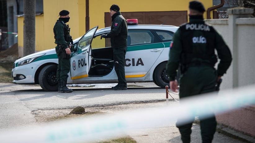 Ján Kuciak: Polizisten ermitteln am Haus von Ján Kuciak und seiner Lebensgefährtin.