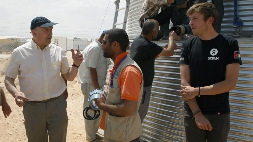 Hilfsorganisation: Oxfam-Chef Mark Goldring bei einem Einsatz in Jordanien im Jahr 2013: Goldring hat sich nun für das Fehlverhalten seiner Mitarbeiter in verschiedenen Ländern entschuldigt.