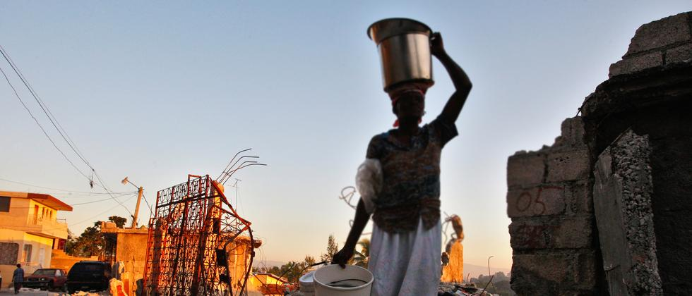 Berichten zufolge sollen Oxfam-Mitarbeiter die Notlage von Frauen wie hier in Haiti nach dem Erdbeben im Jahr 2010 ausgenutzt haben, um Sex zu erpressen.