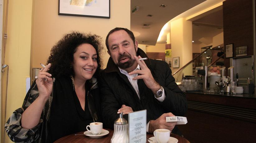 Rauchverbot in Österreich: Tatjana und Francis genießen eine Zigarette in einem Café in Wien.