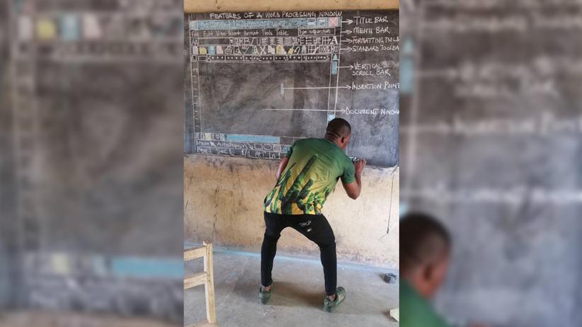 Ghana: Dieser Lehrer malte für seine Schüler Word an die Tafel