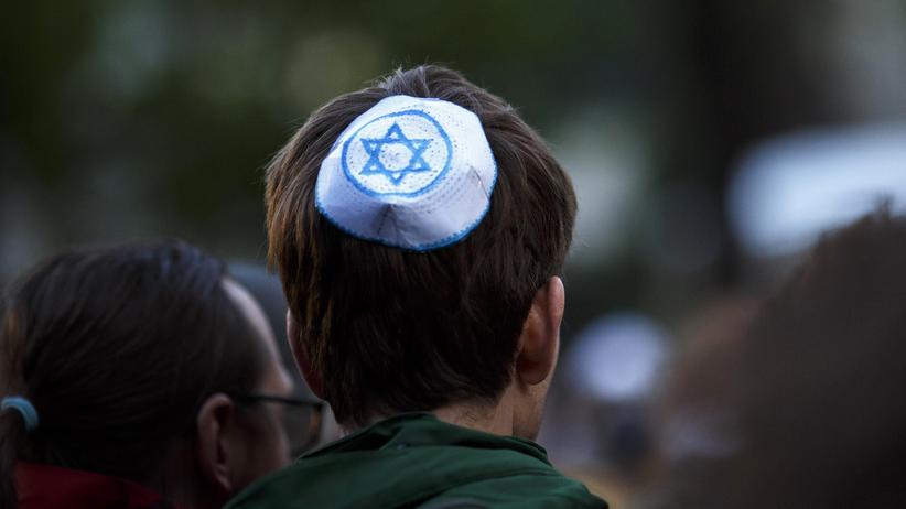 """Leserumfrage: Ein Teilnehmer der """"Wir tragen Kippa""""-Demonstration in Berlin, auf der Tausende gegen Antisemitismus protestierten."""