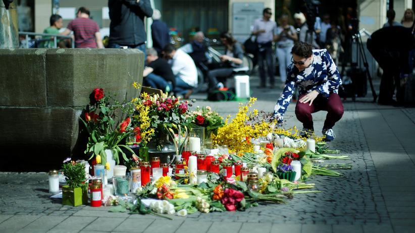 Jens R.: Der Tatort in der Innenstadt von Münster: Blumen liegen im Gedenken an die Opfer an dem Brunnen des Kiepenkerls vor dem gleichnamigen Restaurant in der Altstadt.