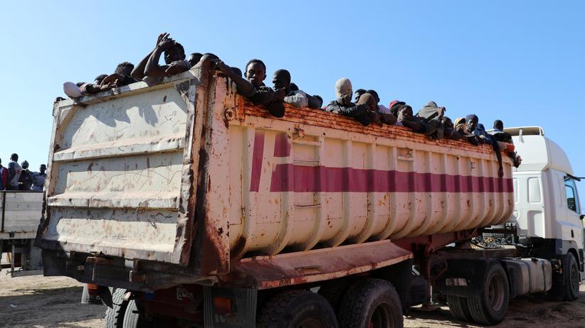 Libyen: Viele Migranten versuchen über Libyen Europa zu erreichen, auf dem Weg werden einige davon inhaftiert und gefoltert.