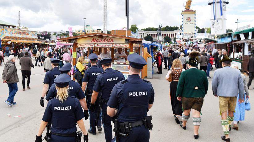 """Polizeiaufgabengesetz: """"Mit dem neuen Gesetz zeigt der Staat, dass er bereit ist, seine Bürger intensiver zu schützen"""", sagt der Augsburger Verfassungsrechtler Josef Franz Lindner."""