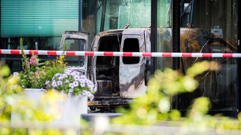 Amsterdam: Kleinbus fährt in Zeitungsgebäude