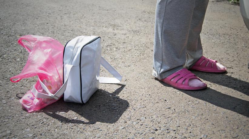 Sexarbeit: Hilfe von den Streetworkern: Kondome und Soft-Tampons. Oft können sich die Prostituierten keine Kondome leisten können, weil sie alles Geld an die Zuhälter abgeben müssen.