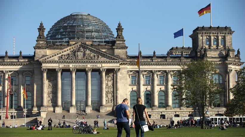 Reichstagsgebäude: Der Platz der Republik, Vorplatz des Reichstagsgebäudes