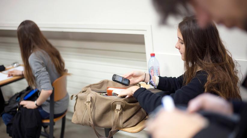 Frankreich: Französische Schülerinnen und Schüler sollen im Unterricht zukünftig nicht mehr von ihren Handys abgelenkt werden.