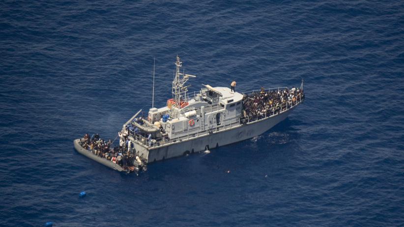 Seenotrettung im Mittelmeer: Ein Boot der libyschen Küstenwache birgt Flüchtlinge von einem Schlauchboot. Aufgenommen aus dem privaten Auklärungsflugzeug Moonbird.