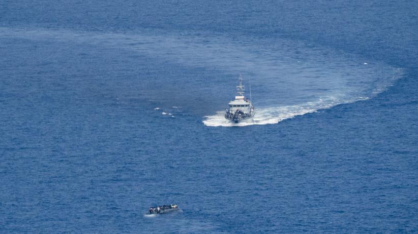 Seenotrettung im Mittelmeer: Ein Boot der libyschen Küstenwache fährt in internationalen Gewässern auf ein Flüchtlingsboot zu. Aufgenommen aus dem privaten Aufklärungsflugzeug Moonbird.