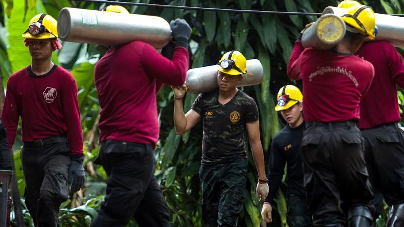 Thailand: Thailändische Soldaten tragen Sauerstoffflaschen für die Rettung der eingeschlossenen Kinder.