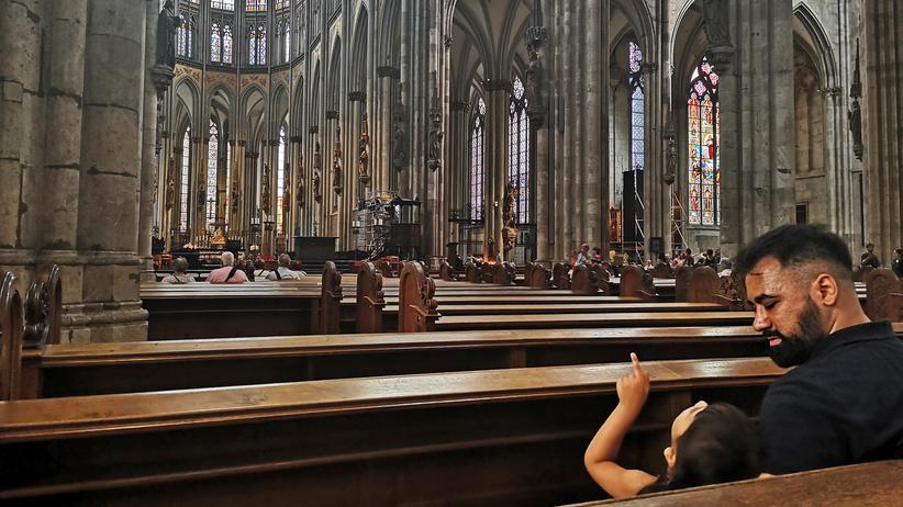 Rassismus: Mansur Seddiqzai besuchte mit seiner Tochter den Kölner Dom. Er bringt ihr bei, dass sie kein mangelhaftes Wesen ist und dass sie sich vor nichts und niemandem verstecken muss.