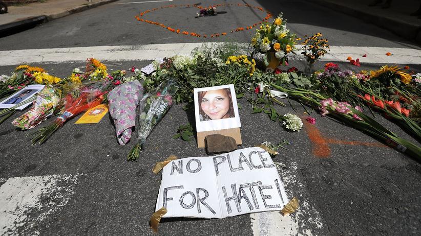 Charlottesville Jahrestag: Blumen liegen an dem Ort, wo Heather Heyer vor einem Jahr von einem rechten Demonstranten getötet wurde.