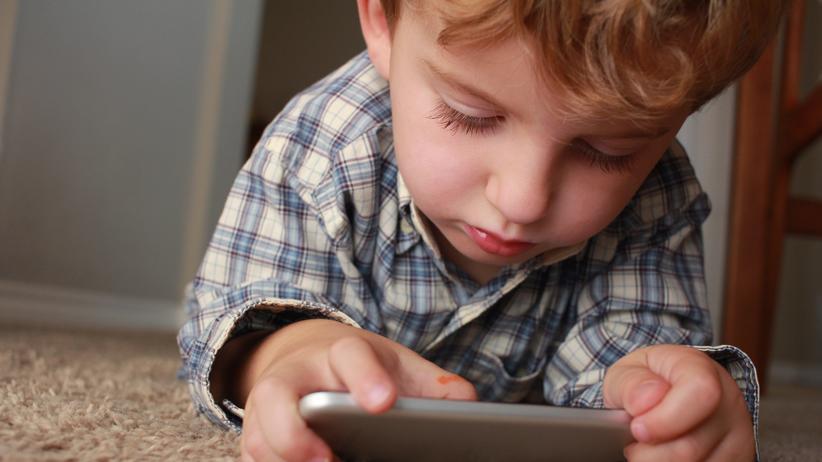 Kinder-Medien-Studie: Schon die Kleinsten sind im Umgang mit dem Smartphone geübt.