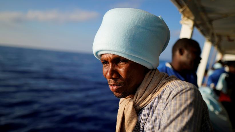 Proactive Open Arms: Diesen Mann und andere Migranten hat die NGO Proactiva Open Arms im Mittelmeer gerettet.