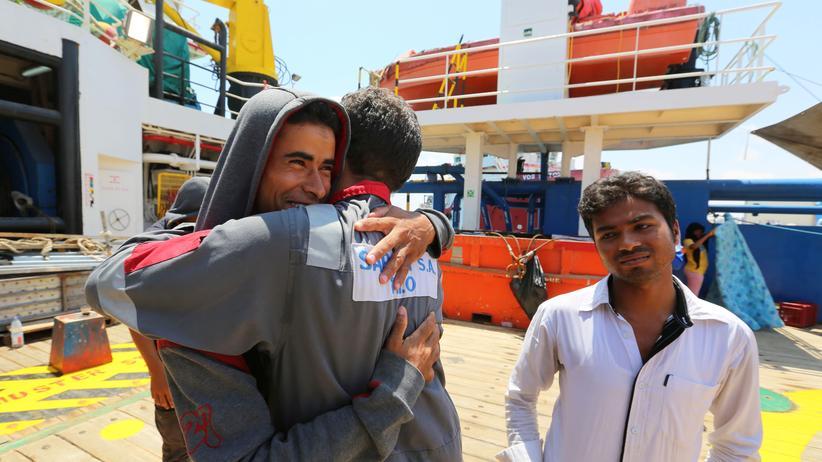 """Versorgungsschiff """"Sarost 5"""": Migranten, die an Bord des Versorgungsschiffs """"Sarost 5"""" waren, gehen im tunesischen Zarzis an Land."""