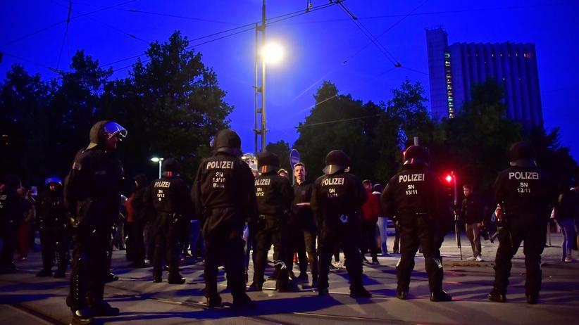 Ausschreitungen nach Demonstrationen: Polizisten in Chemnitz