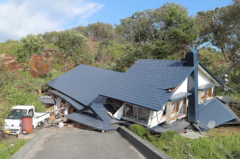 erdbeben tote und verletzte bei beben in japan zeit online. Black Bedroom Furniture Sets. Home Design Ideas