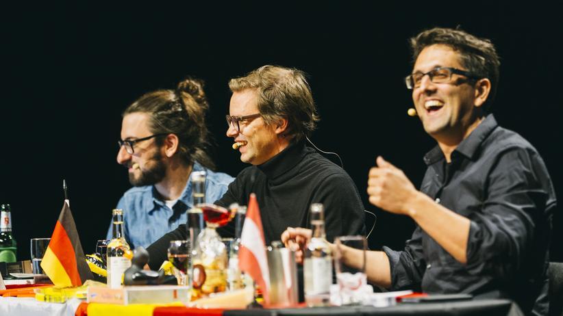 """Politikpodcast: """"Servus. Grüezi. Hallo."""" mit Publikum: am 22.September in Hamburg (von links nach rechts: Daum, Jacobsen, Gasser)"""
