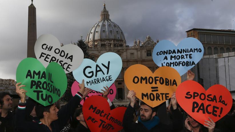 Hochschule Sankt Georgen: Homosexuellen-Aktivisten demonstrieren 2012 auf dem Petersplatz in Rom.