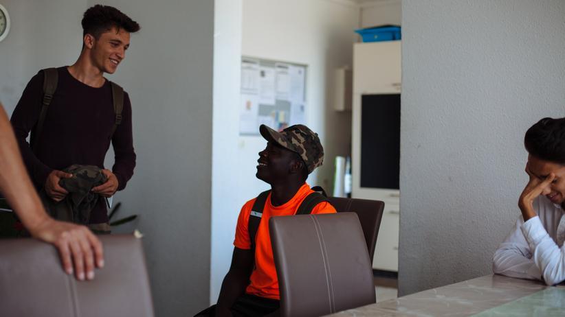 Frankfurt (Oder): Faizhal, Ousman und Ibrahim in der Unterkunft für minderjährige unbegleitete Flüchtlinge. Sie sind gerade aus dem Unterricht gekommen.