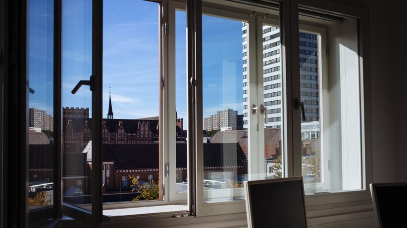 Frankfurt (Oder): Blick aus dem Fenster des leitenden Oberstaatsanwalts Helmut Lange. Im Hintergrund ist der Pablo-Neruda-Block zu erkennen.