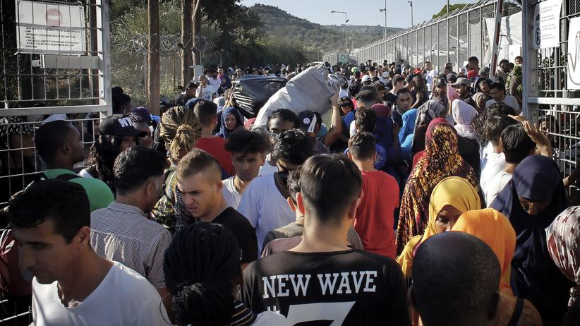 Lesbos: Flüchtlinge werden zu einer Fähre gebracht, um sie nach in die griechische Hauptstadt Athen überführen.