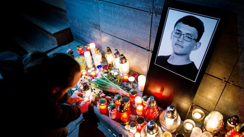 Slowakei: Menschen trauern vor der Redaktion, in der Jan Kuciak arbeitete.