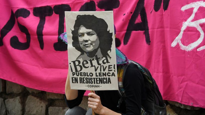Berta Cáceres: Protest vor dem Gerichtssaal in Tegucigalpa, Honduras, wo über den Mord an der Umweltaktivistin Aktivistin Cáceres verhandelt wird