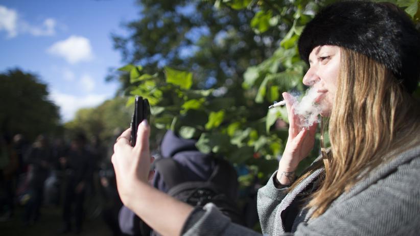 Marihuana: Eine Frau raucht eine Zigarette mit Marihuana.