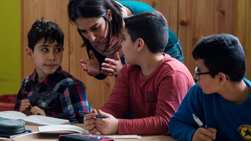 Flüchtlingskinder: Unterstützung im Unterricht: Jungen aus Syrien an ihrer Grundschule in Fürstenwalde