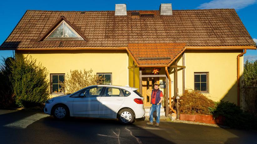 CDU-Basis: Stephan Degen vor seinem Eigenheim in Perba
