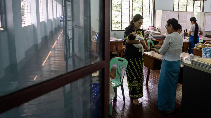 China: Eine soziale Beratungsstelle in Yangon: Einer Untersuchung zufolge sind Tausende Frauen aus Myanmar nach China für Zwangsehen verkauft worden.